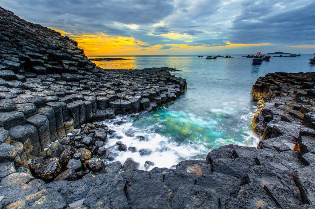Đá được hình thành từ Macma nóng chảy, được phun ra từ trong lòng đất, việc quay mạnh mẽ của trái đất đã giúp một số đá nổi lên trên bề mặt.