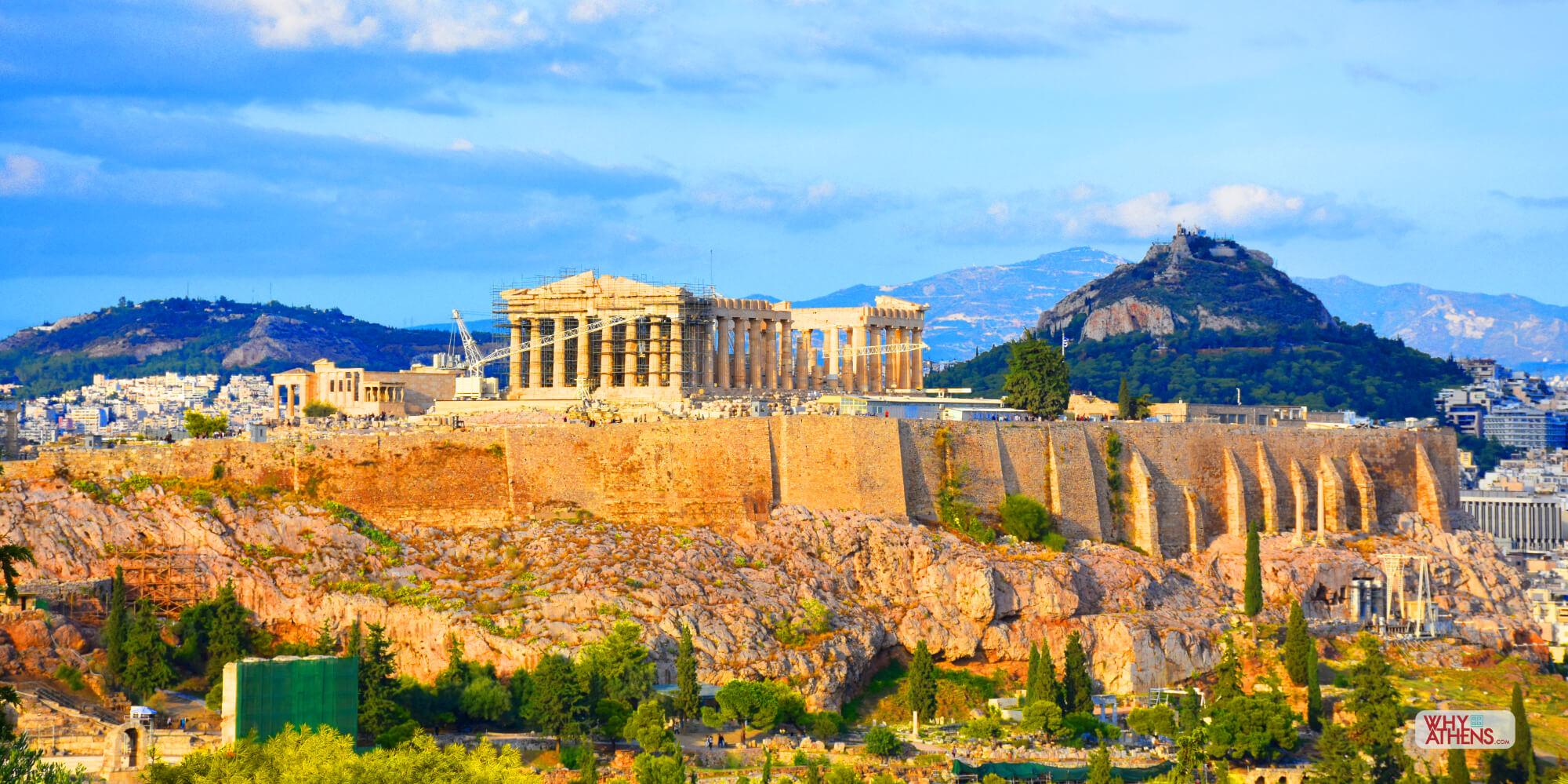 Hy Lạp là một vùng đất khó sống hơn Ai Cập, bởi vì đất đai ở đây không tốt và luôn luôn không đủ nước để trồng cây lương thực. Lịch sử Hy Lạp thường được chia thành thời kỳ Đồ đá, thời kỳ Đồng thau, và thời kỳ đồ sắt. Mỗi thời kỳ có thể chia thành những thời kỳ nhỏ hơn.