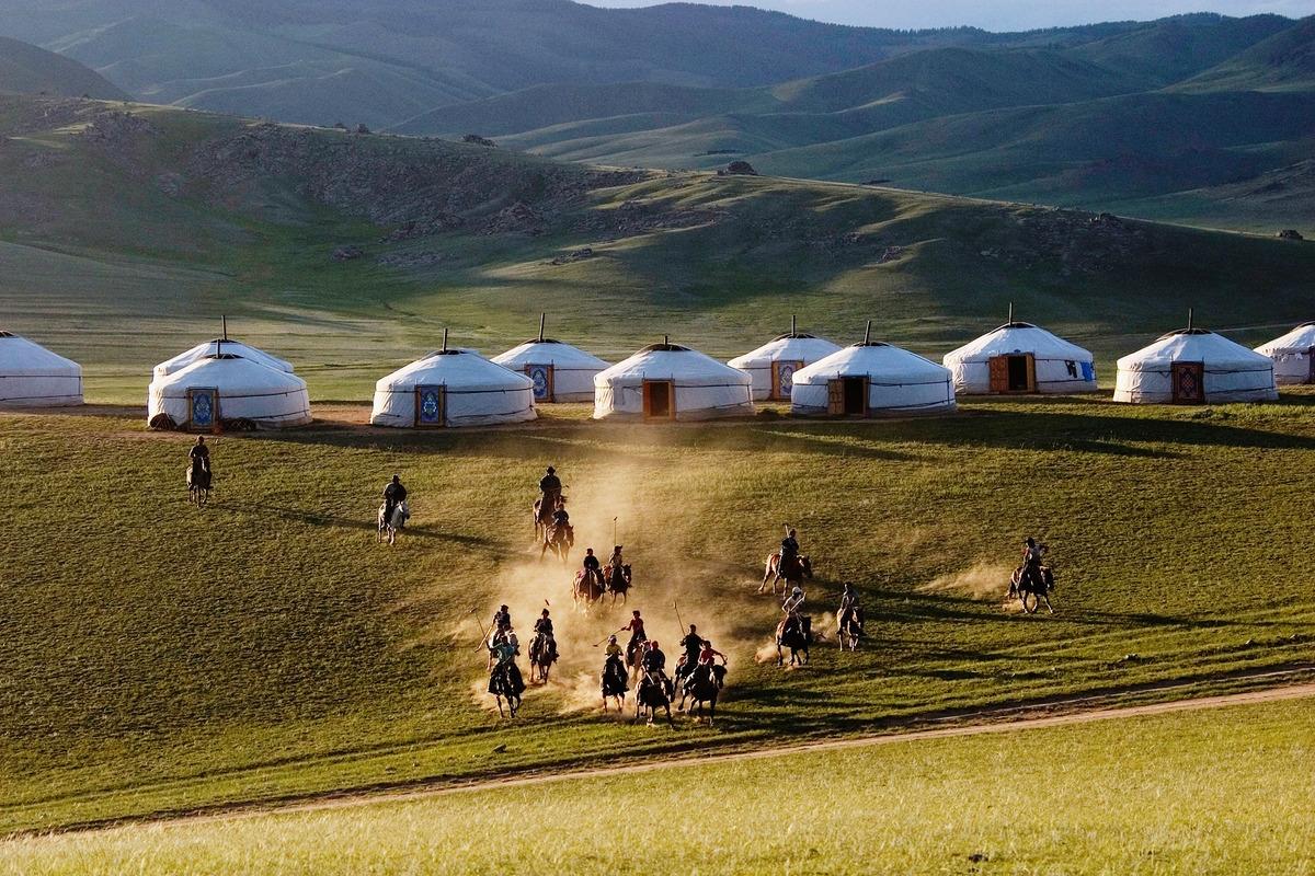 Đế quốc Mông Cổ đã nổi lên là một thế lực lớn trong thế kỷ 13 bằng hàng loạt các cuộc xâm chiếm và chinh phục suốt Trung và Tây Á, cho đến những năm 1240 đã chạm đến tận Đông Âu.