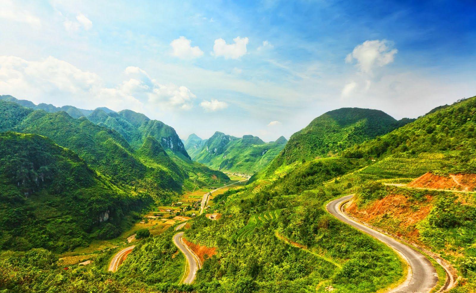 Núi là vùng đất cao, trên 300 mét là núi. Đồi là dạng nhỏ hơn núi